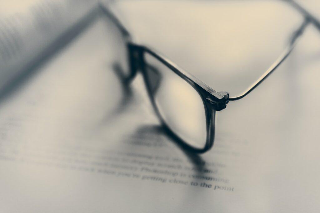 Bril op papier met tekst