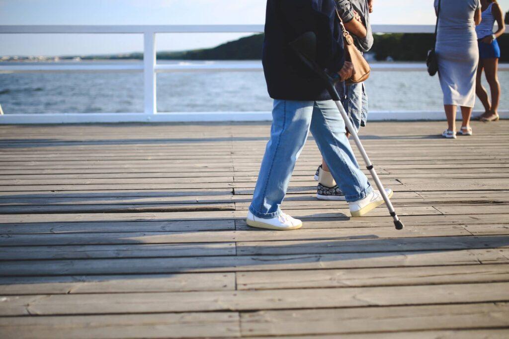 Man die wandelt met krukken